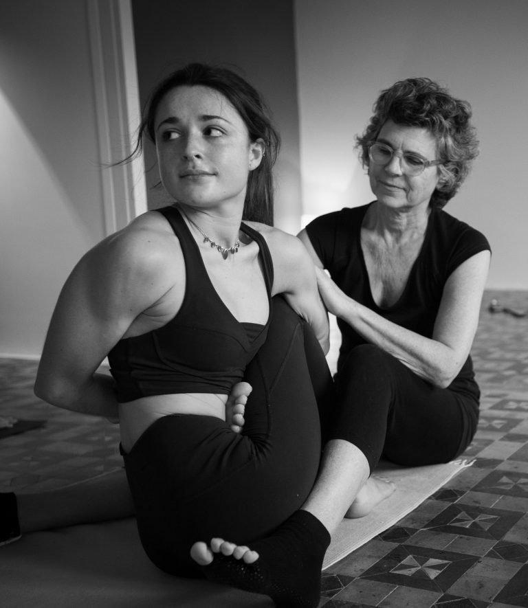 Elena Figarola corregiendo asana de Ashtanga Yoga