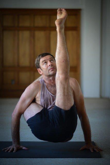 Peter Sanson practicando Ashtanga Yoga
