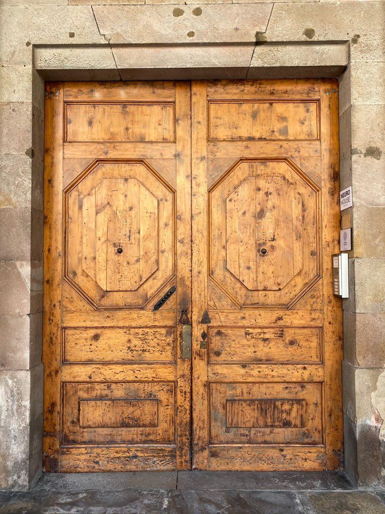 Puerta del edificio de Ashtanga Yoga Shala Barcelona